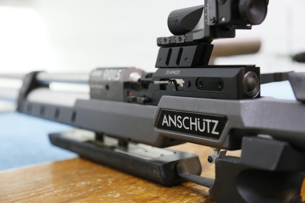 Gewehr auf Tisch